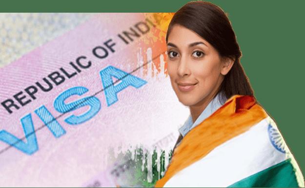 אישה יפה עטופה בדגל הודו
