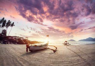 שקיעה מדהימה בחוף ים בגואה